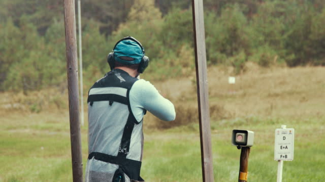 clay target shooter in the competition (slow motion) - tiro al piattello video stock e b–roll