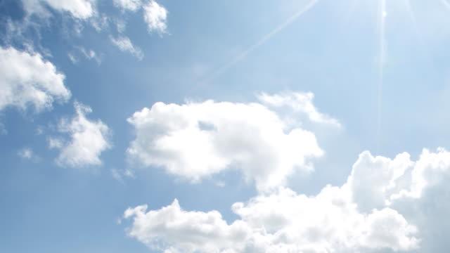 Schone wolk, blauwe hemel