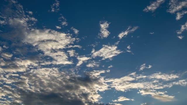 すっきりした雲,青い空 - 永久運動点の映像素材/bロール