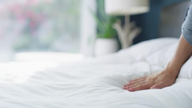 vídeos de stock, filmes e b-roll de um quarto limpo é muito mais relaxante - arrumado
