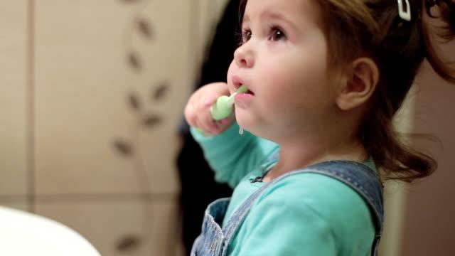 saubere zähne für dieses babymädchen - zahnbürste stock-videos und b-roll-filmmaterial