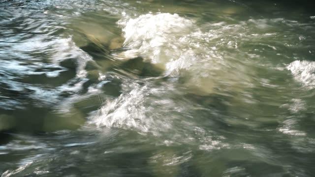 vídeos de stock, filmes e b-roll de água potável que flui através do rio - forma da água