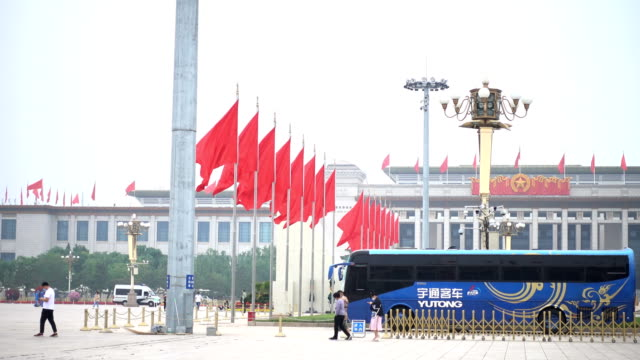 cleaner at tiananmen square,beijing,china. - 中国国家博物館点の映像素材/bロール