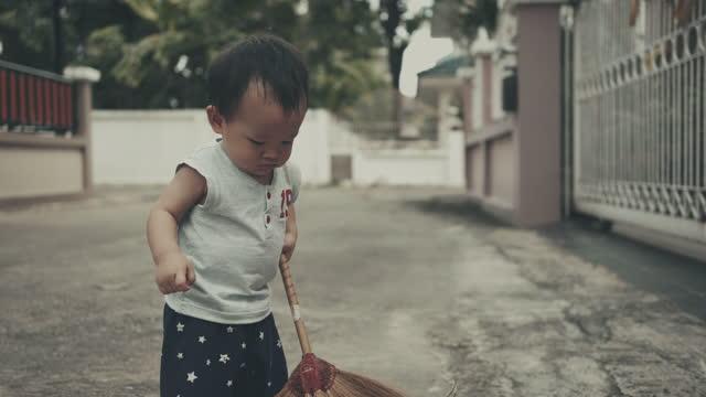 vídeos de stock, filmes e b-roll de garoto mais limpo - só um bebê menino
