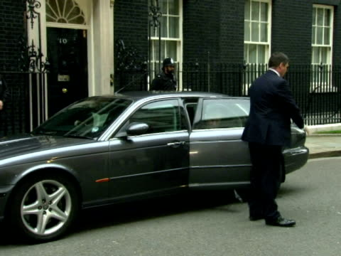 vídeos de stock e filmes b-roll de exterior shot gordon brown gets out of car walks into number 10 ignoring questions from the press about whether or not he will resign - gordon brown