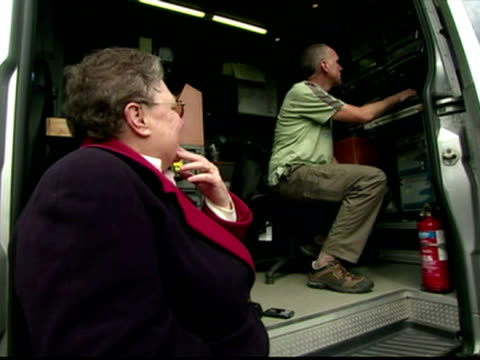 stockvideo's en b-roll-footage met exterior shots gillian duffy sat on the step of a satellite truck listening to gordon brown's off-guard comments made about her.exterior shots... - gordon brown