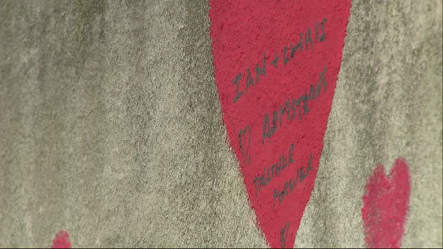 GBR: The National Covid Memorial Wall, stretching almost 500 metres between Westminster and Lambeth bridges, roughly 150,000 red and pink hearts have been painted along the Thames Embankment opposite the Houses of Parliament