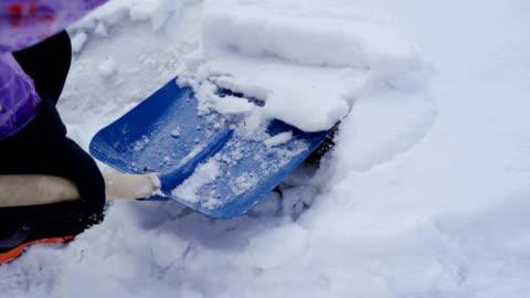 rengöring av en snö med spade-b rulle - helgaktivitet bildbanksvideor och videomaterial från bakom kulisserna
