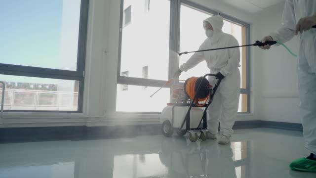 pulizia e disinfezione delle superfici in ospedale - pulire video stock e b–roll