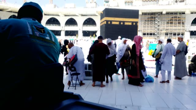 cleaning and washing kabah floor with machines without disturbing the pilgrims - kabah stock videos and b-roll footage