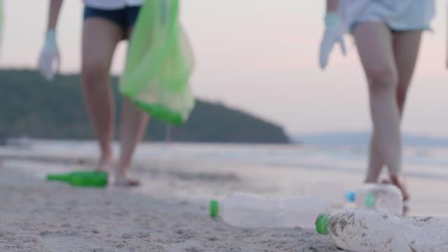 vídeos de stock e filmes b-roll de cleaning area on the beach - escolher