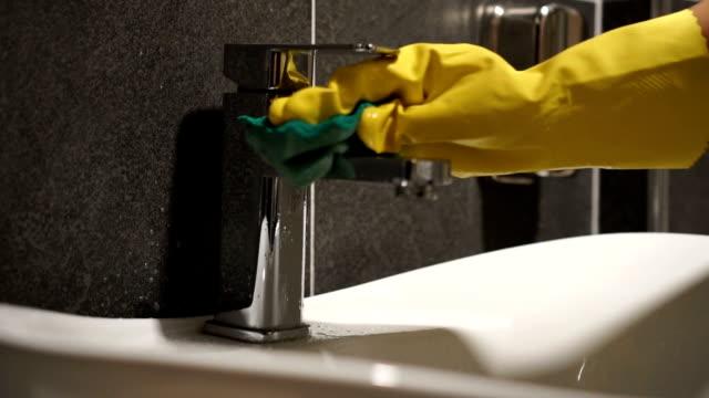 reinigung badezimmer armaturen - waschbecken stock-videos und b-roll-filmmaterial