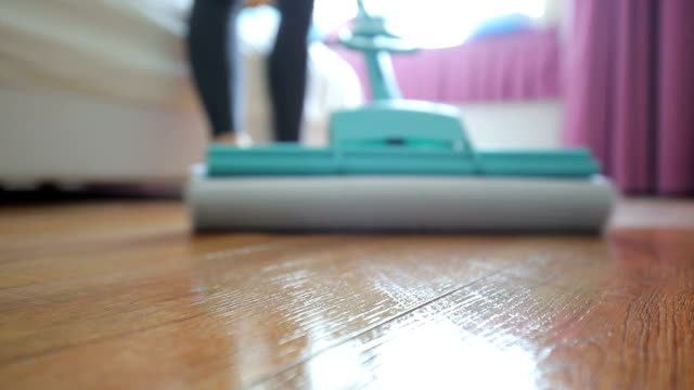 schlafzimmerboden reinigen - haushaltsaufgabe stock-videos und b-roll-filmmaterial