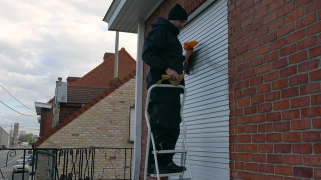 cleaning blinds. - れんが造りの家点の映像素材/bロール