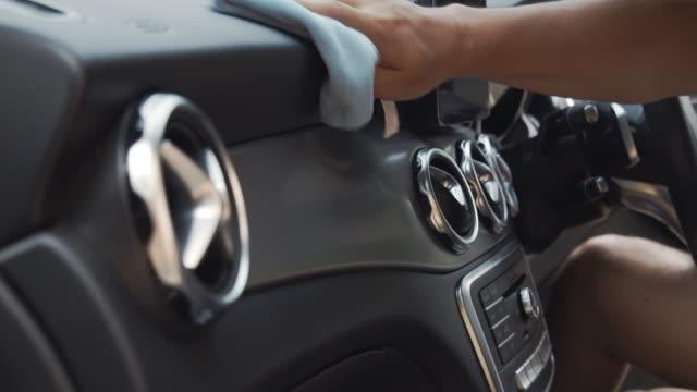 vidéos et rushes de console de voiture de nettoyage par lingette de microfibre - faire le ménage