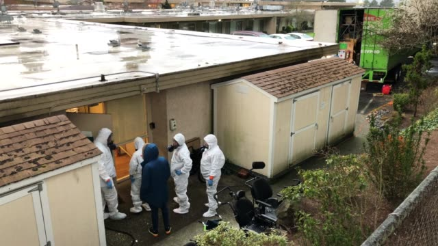 stockvideo's en b-roll-footage met cleaning crew wearing protective clothing to protect them from coronavirus enters the life care center on march 12, 2020 in kirkland, washington. the... - staat washington