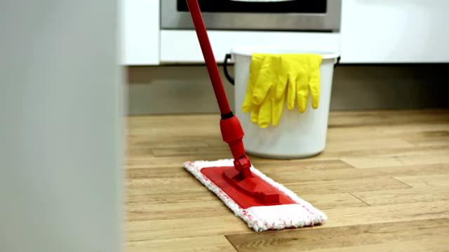 hd: reinigungsgeräte für hartholzböden - eimer stock-videos und b-roll-filmmaterial