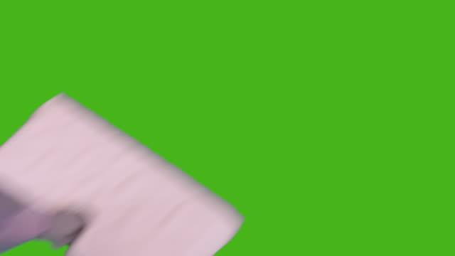 vídeos y material grabado en eventos de stock de limpieza del piso con fregona en una pantalla verde, chroma key. - barrer
