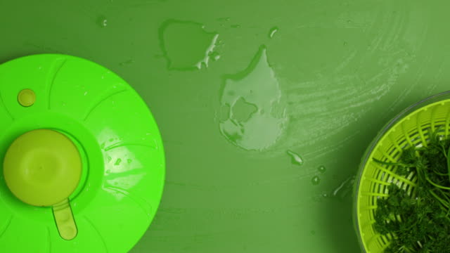 cleaning parsley. - parsley 個影片檔及 b 捲影像