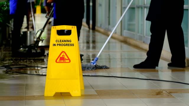 Reinigung Bodenreinigung mit Wäscher Maschine Serviceteam und in Prozess-label