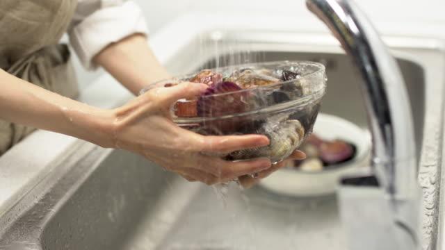 cleaning shellfish / south korea - キッチンシンク点の映像素材/bロール