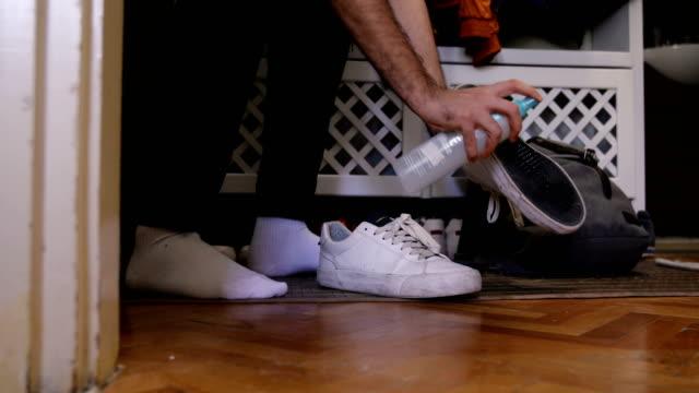 vídeos de stock, filmes e b-roll de limpeza de sapatos depois de voltar para casa - sapato