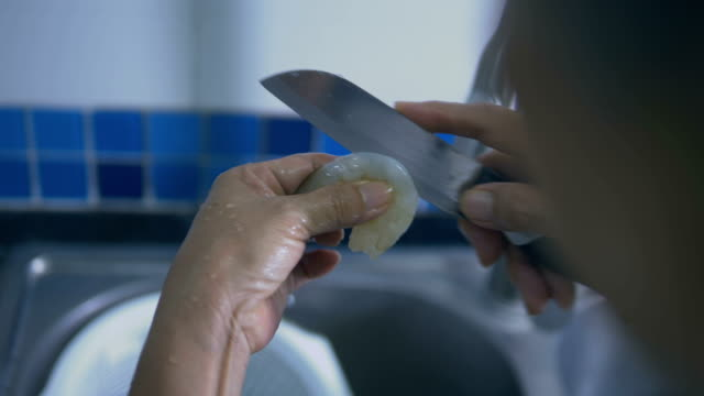 エビのクリーニング - 台所点の映像素材/bロール