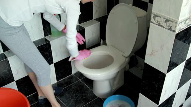 vidéos et rushes de le nettoyage de la salle de bains - nettoyer