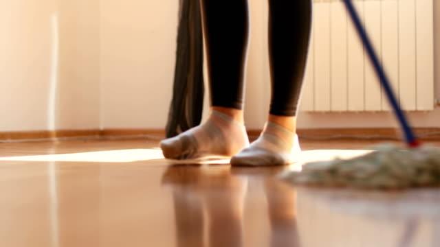 vidéos et rushes de nettoyage du sol - faire le ménage