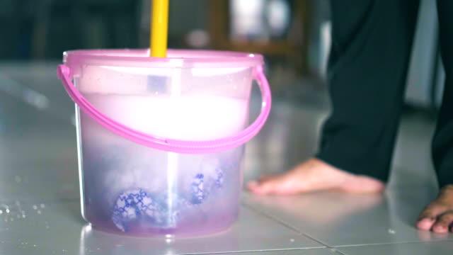 vídeos de stock e filmes b-roll de cleaning the floor with a mop. - pano de protecção