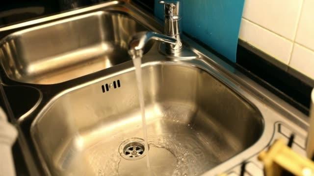 vídeos de stock e filmes b-roll de cleaning the kitchen sink - lava loiças