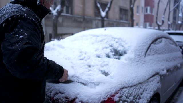 vidéos et rushes de nettoyage de la neige de pare-vent arrière - digging
