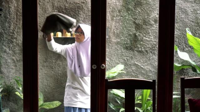 cleaning the window - モデスト・ファッション点の映像素材/bロール