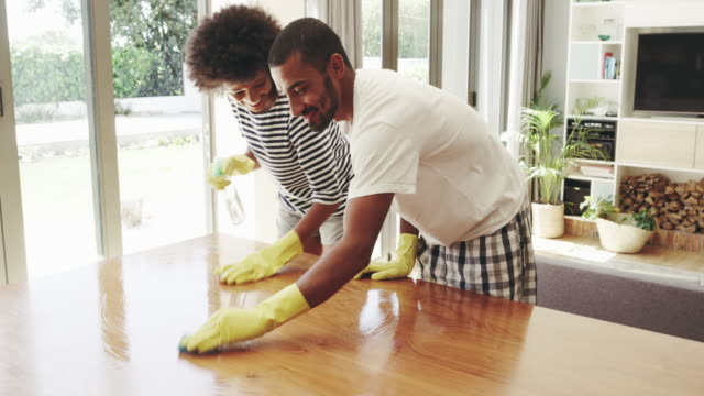 cleaning together as a couple makes it fun - pianale da cucina video stock e b–roll