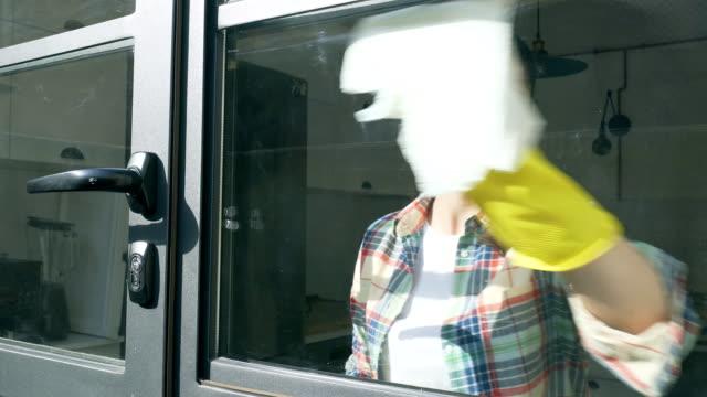 vídeos de stock, filmes e b-roll de limpeza de janela. - higiene