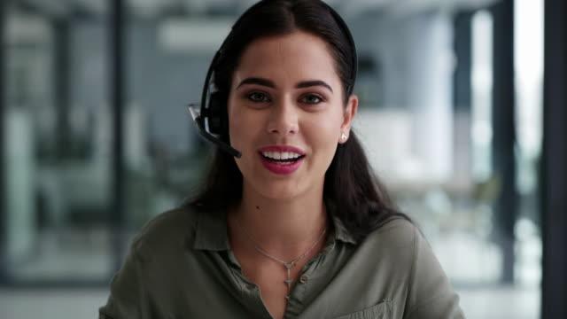 klare und effektive kommunikation ist, was sie von ihr bekommen - headset stock-videos und b-roll-filmmaterial