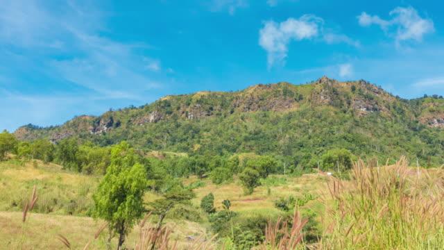 vídeos y material grabado en eventos de stock de cielo azul y la montaña grande en khao kho, phetchabun. - mckyartstudio