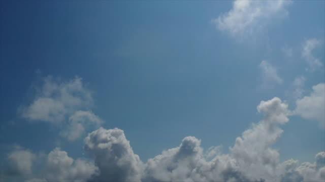 klarer blauer himmel mit wolkenlandschaft - stimmungsvoller himmel stock-videos und b-roll-filmmaterial