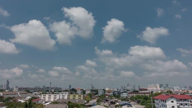 vídeos y material grabado en eventos de stock de cielo azul claro con escapar de la nube. - mckyartstudio