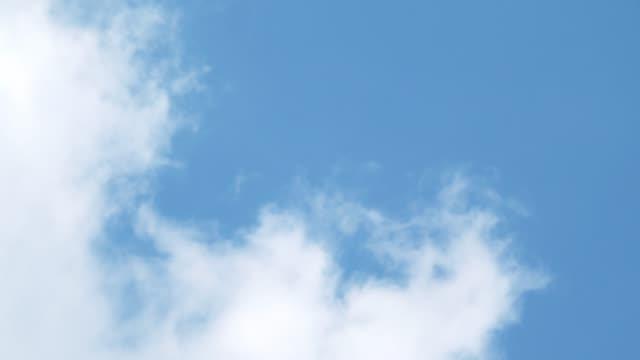vídeos y material grabado en eventos de stock de cielo azul claro con nube - sólo cielo