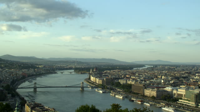vídeos y material grabado en eventos de stock de clear day-long establishing shot over danube featuring the chain bridge in budapest, hungary. travel destination - puente de cadenas puente colgante