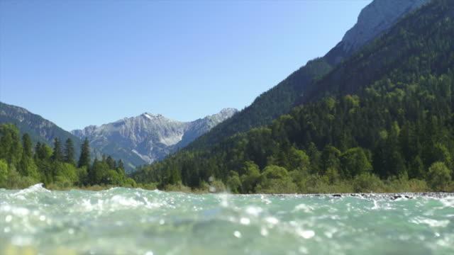 Rivière de montagne claire POV (bouclables)