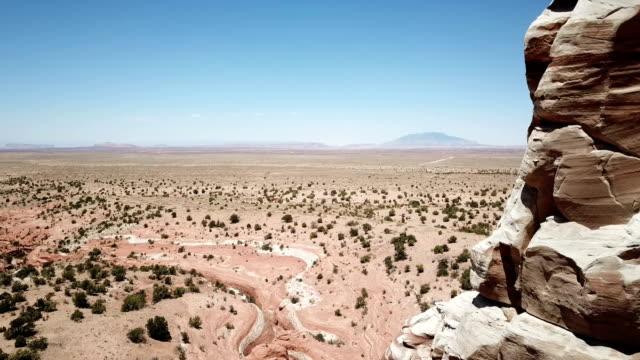 晴天とアリゾナ州の砂漠で尖塔を超えて広大な地平線 - ロックストラータ点の映像素材/bロール