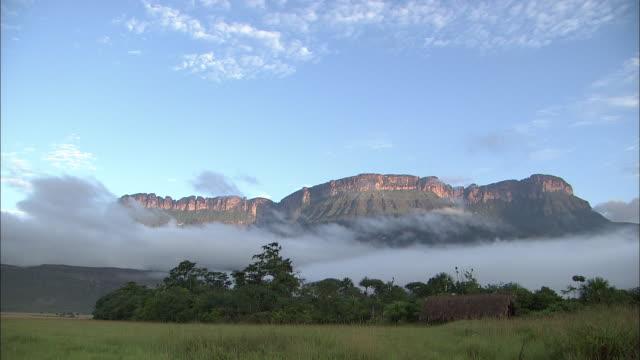 vidéos et rushes de clear skies over auyantepui in guiana highlands  - amérique du sud