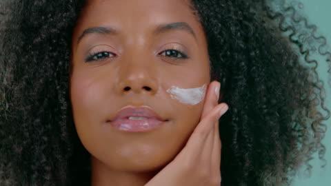 klar hud gör henne att känna sig vacker - kroppsvård bildbanksvideor och videomaterial från bakom kulisserna