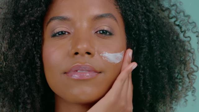 vídeos de stock, filmes e b-roll de pele clara faz ela se sentir bonita - tratamento de pele