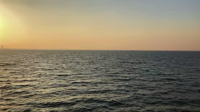 cielo e mare limpid sul mare in movimento - barca da diporto video stock e b–roll