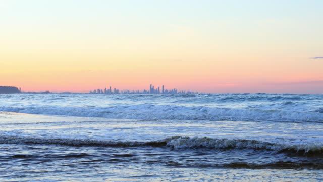 vídeos y material grabado en eventos de stock de cielo despejado al atardecer en la costa dorada de australia - gold coast