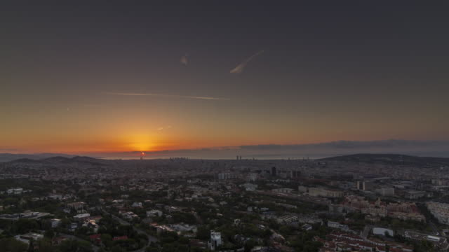 vídeos de stock e filmes b-roll de clear sky sunrise timelapse (time lapse, time-lapse) over the barcelona cityscape, spain. august 2017. - horizonte