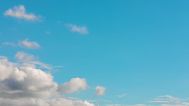 vidéos et rushes de ciel clair de sarcelle avec le mouvement dramatique de nuage - time lapse - dieu